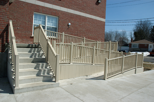 Build a wooden ramp to make your home accessible for Building a wheelchair accessible home